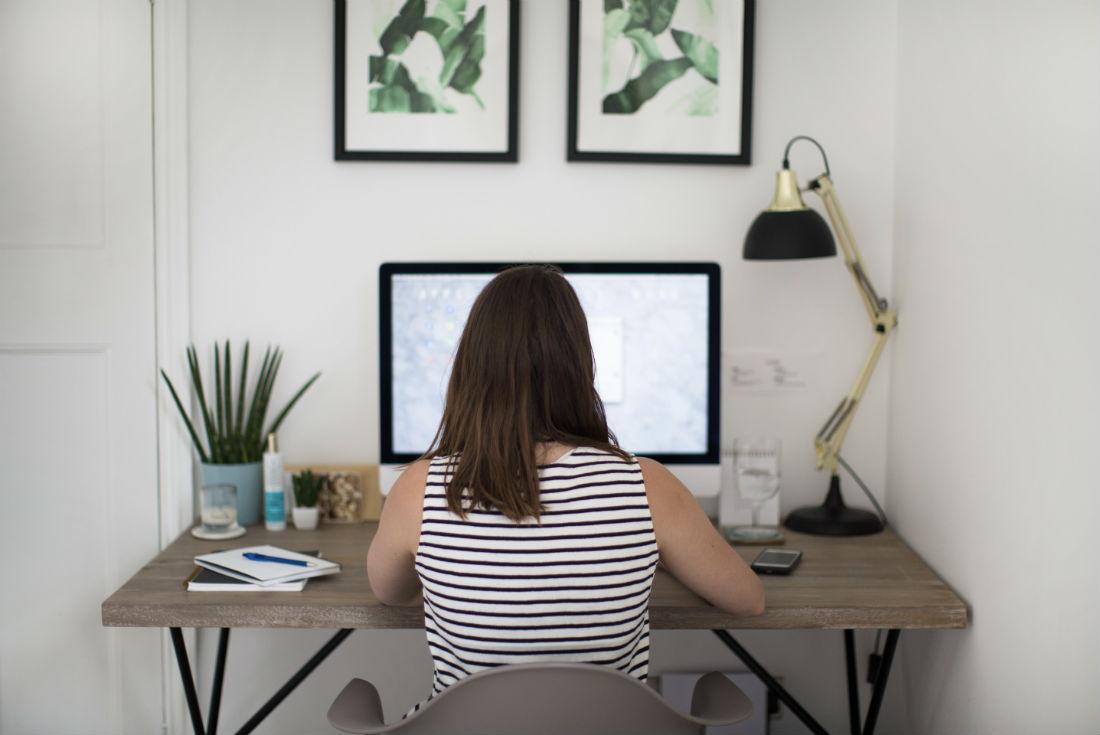 viviannadoesmakeup-office-desk-1